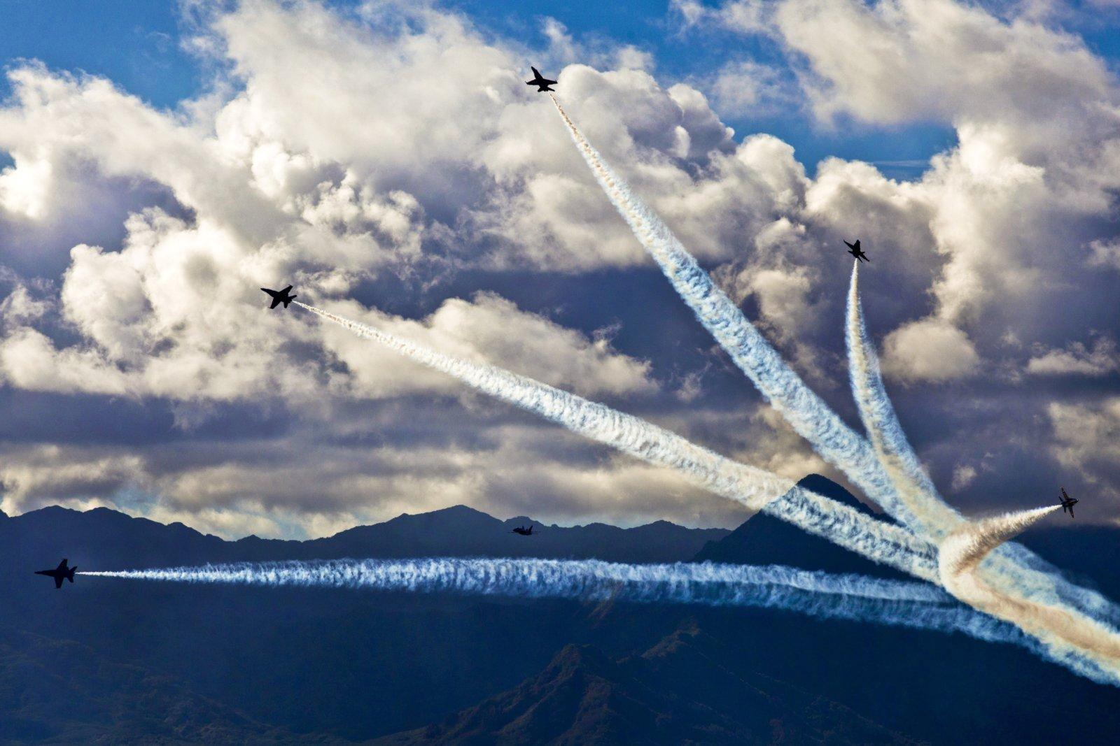 Роспуск пилотажной группы самолетов на фоне гор