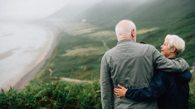 Семейная пара пенсионеров на отдыхе