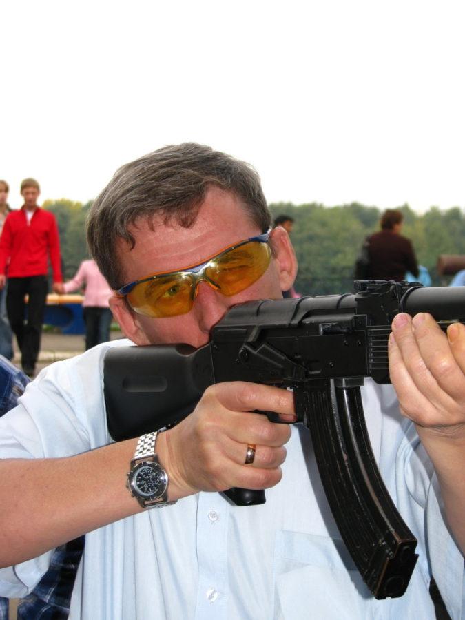 Автор стреляет из автомата в тире