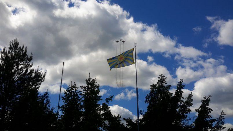 Пилотажная группа на фоне флага ввс