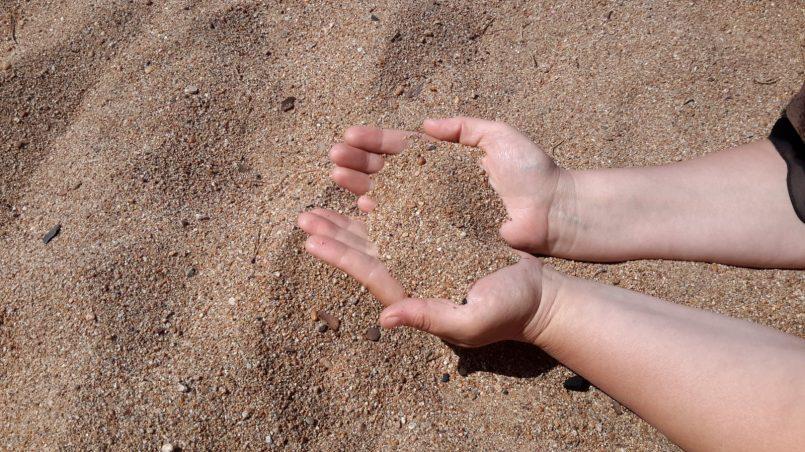 Крупный песок пляжа