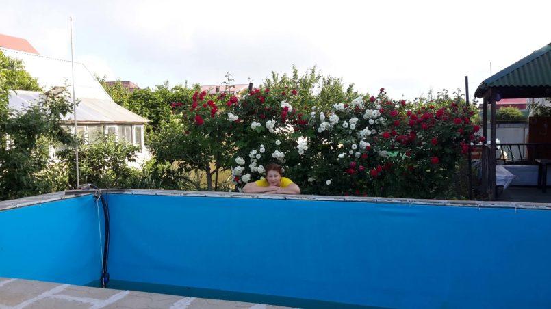 В цветах роз
