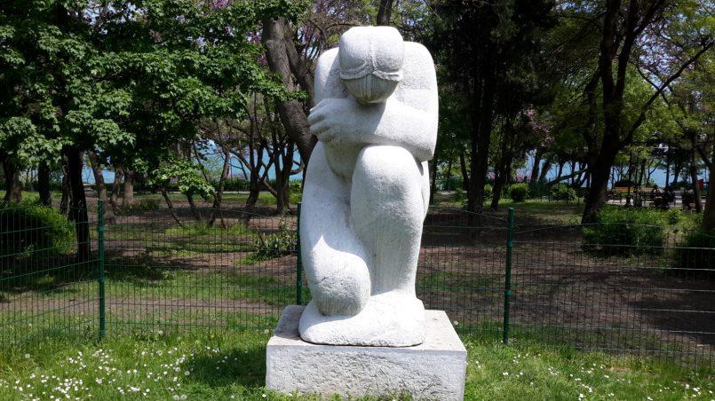 Скульптура скорбящей женщины