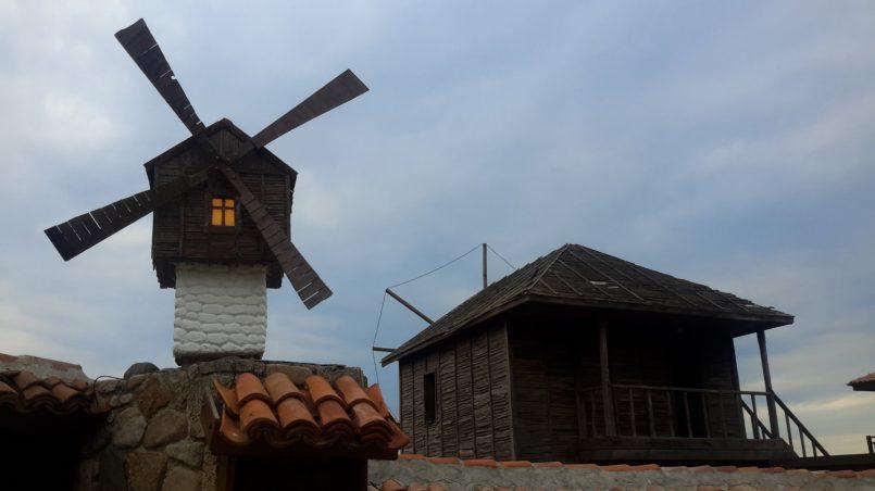 Дом с мельницей