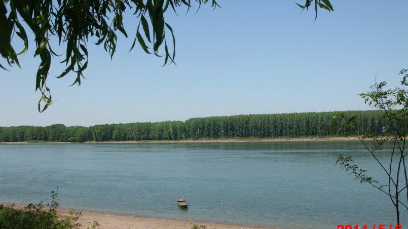 Красивый вид водной глади реки