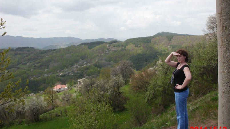 Супруга смотрит на горную гряду