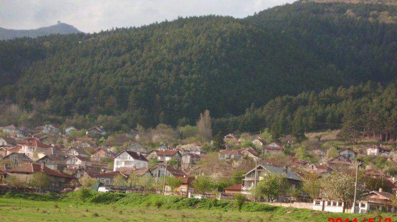Деревня у подножия горы