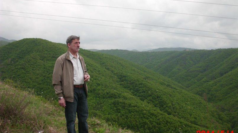 Автор стоит на вершине горы