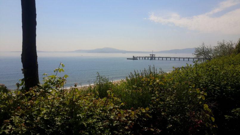 Горы на противоположном берегу залива