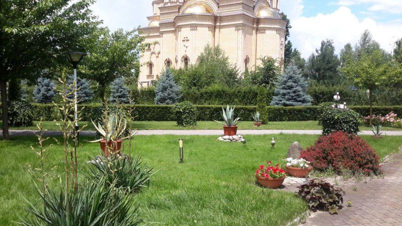 Сквер перед церковью