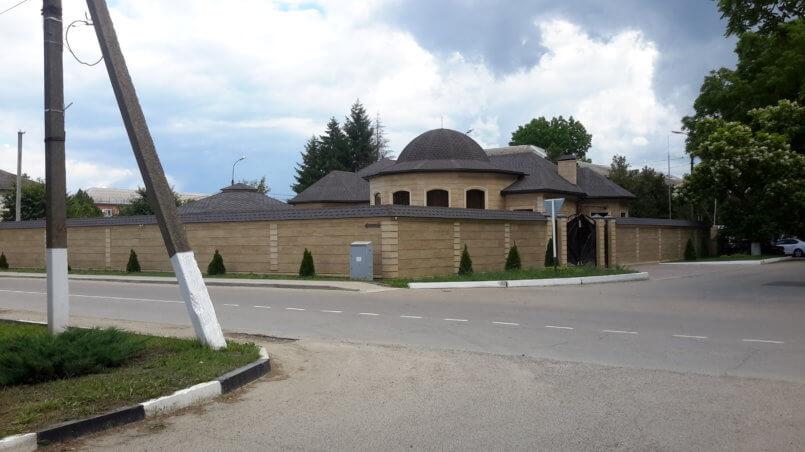 Красивый угловой дом