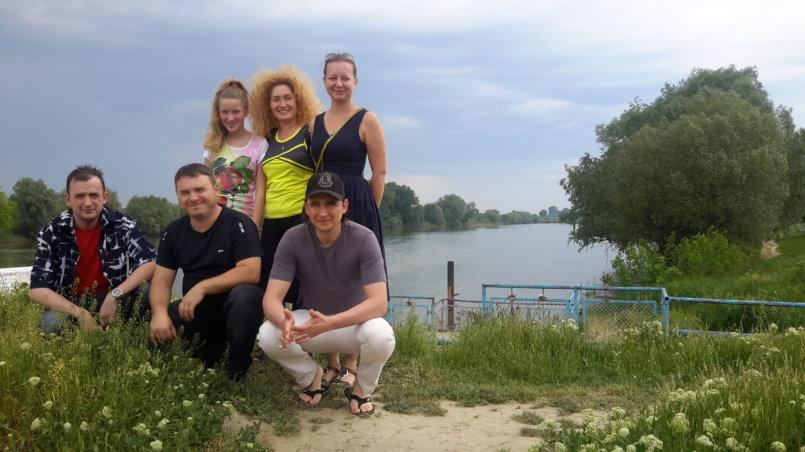 Групповое фото у реки на память