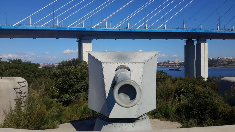 Пушка на фоне моста