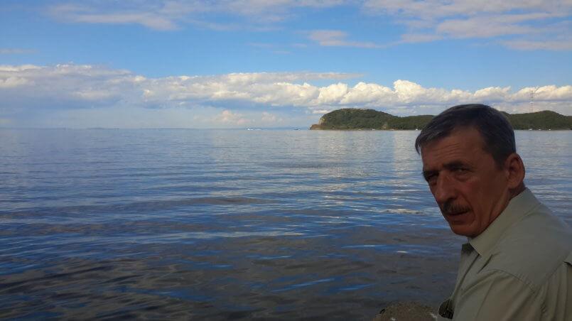 Остров Русский на берегу