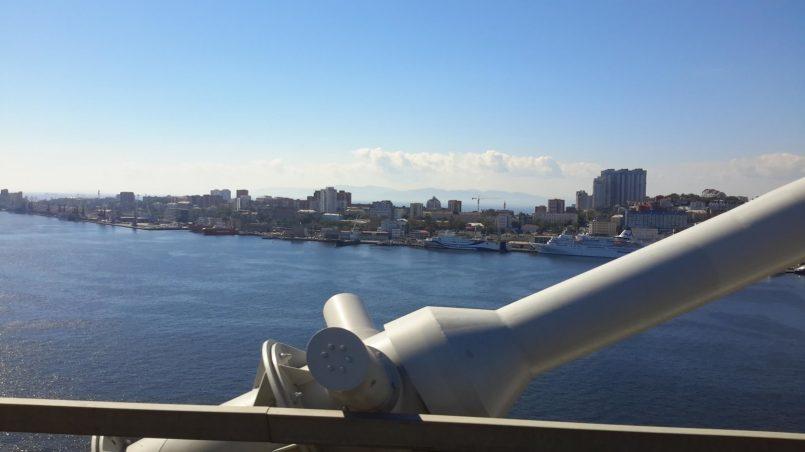 Красивый вид с моста на город