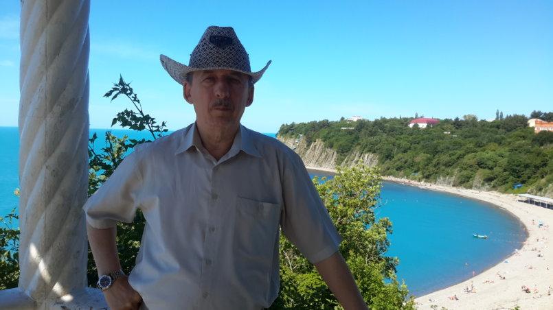 Автор на фоне моря