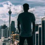 Человек на фоне небоскребов
