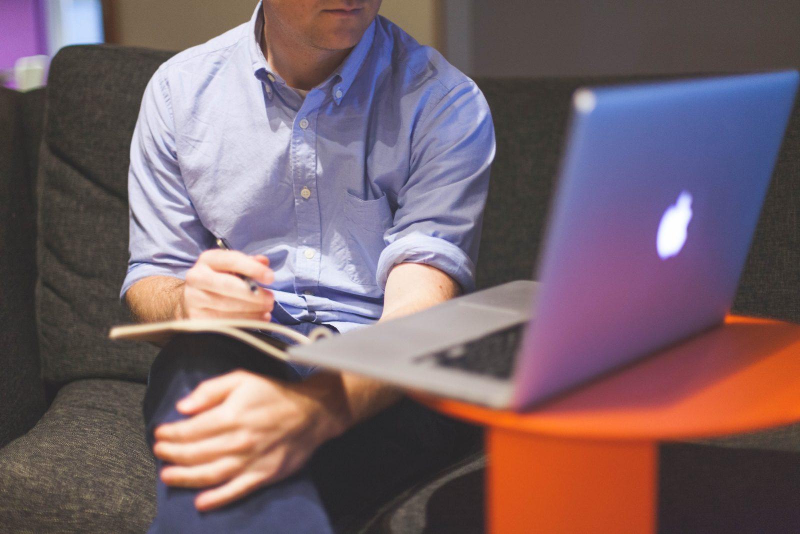 Человек работает за компьютером