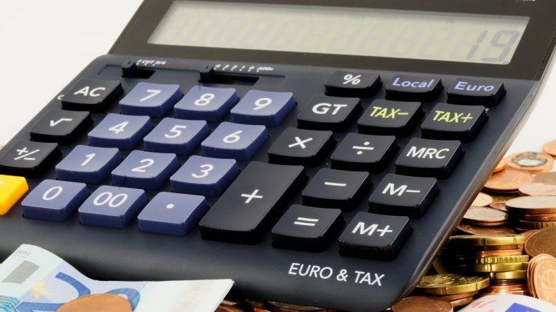 Банкноты, монеты, калькулятор