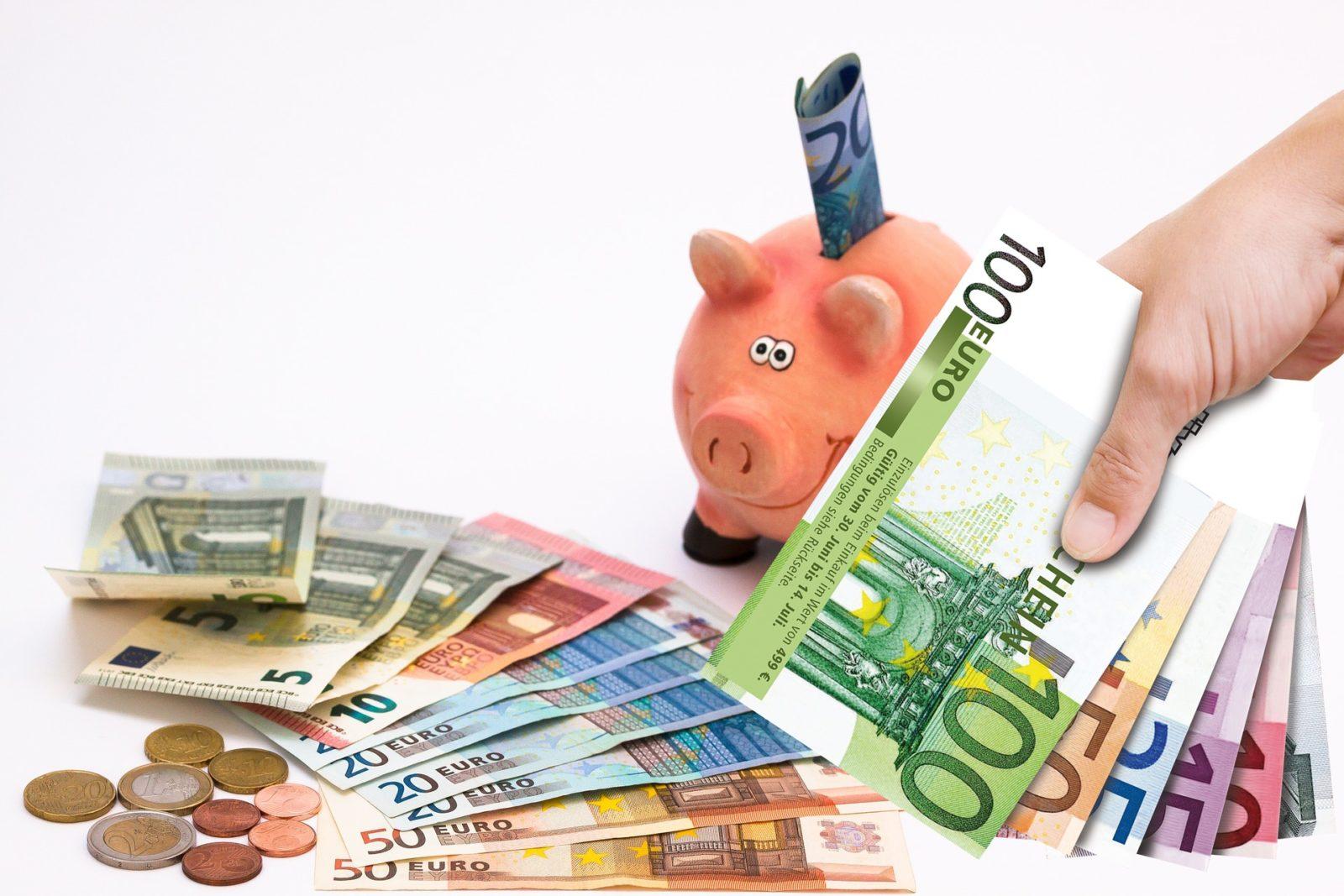 Копилка, банкноты, монеты