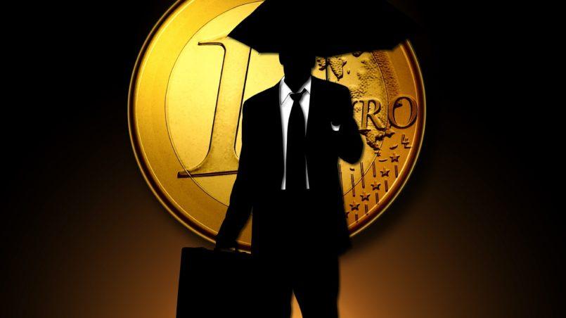 Человек с зонтом на фоне евро