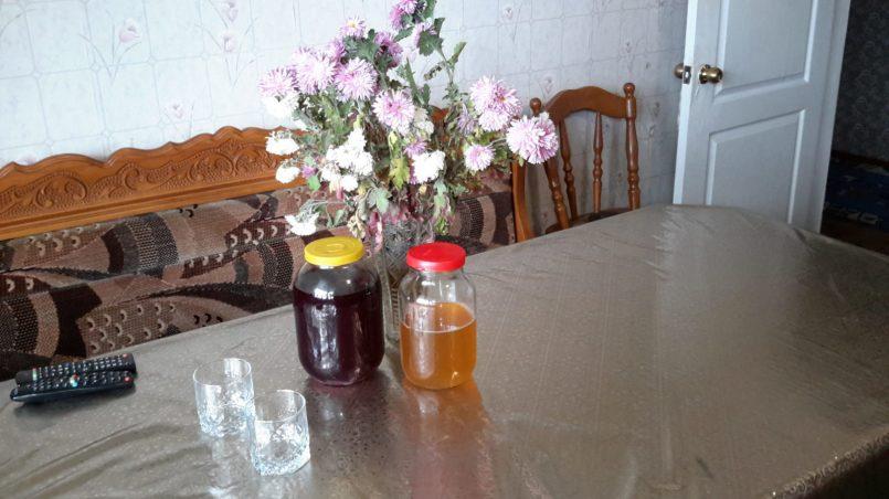 На столе белое и красное вино