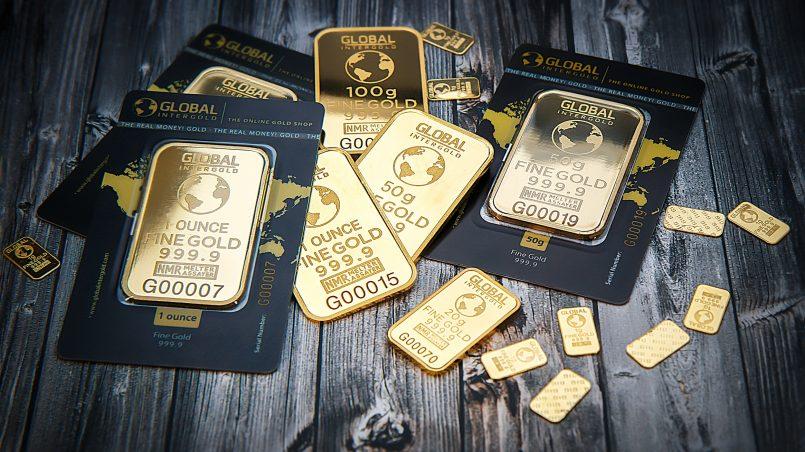 Золотые слитки на столе