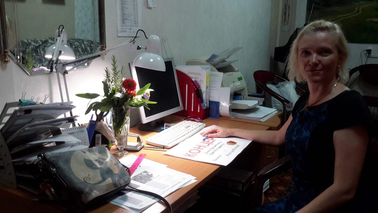 Девушка за рабочим столом