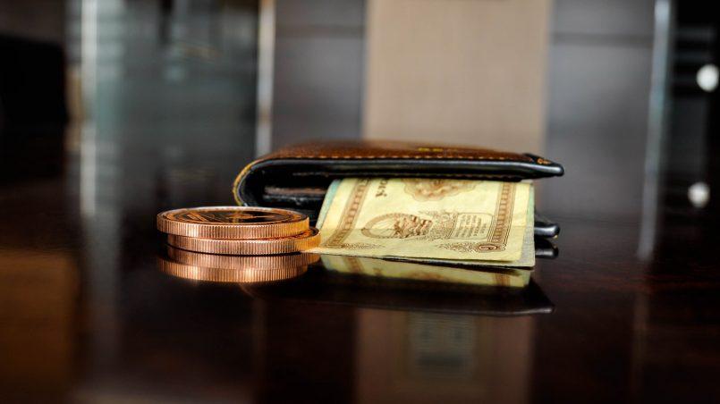 Бумажник с деньгами на столе