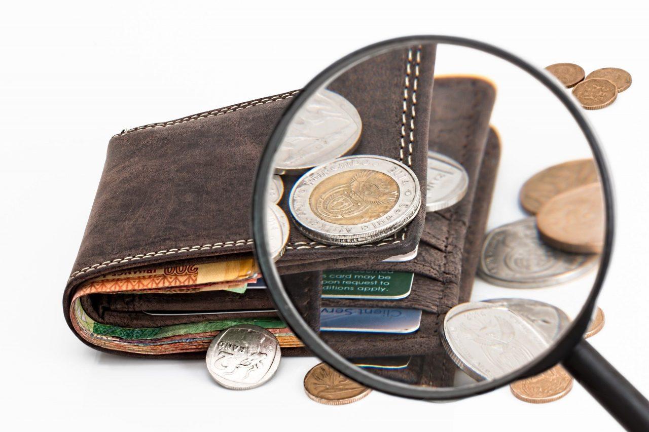 Вид бумажника через лупу